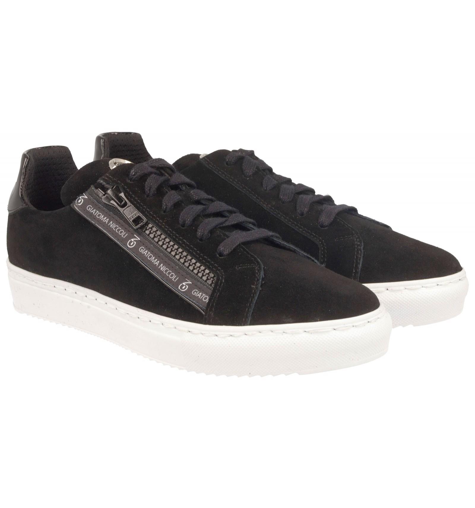 Czarne sneakersy z suwakami na białej podeszwie
